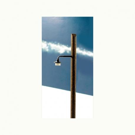 0 lampa na dřevěném sloupu