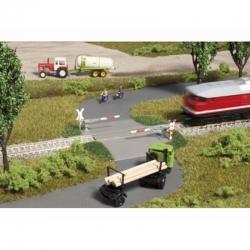 TT  chráněný železniční přejezd s poloviční závorou